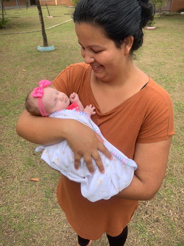 Jessyka com a filha Emilly nos braços. Crédito: Divulgação / Sesa