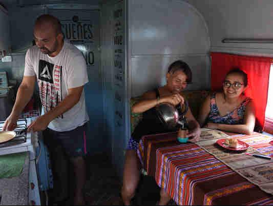 Data: 20/02/2020 - ES - Vitória - Araceli Faienza, Jesica Santillán e Emanuel Carrizo, argentinos que estão viajando pelo Brasil - Editoria: Cidades - Foto: Ricardo Medeiros - GZ