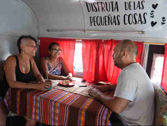 Data: 20/02/2020 - ES - Vitória -Araceli Faienza, Jesica Santillán e Emanuel Carrizo: argentinos que estão viajando pelo Brasil - Editoria: Cidades - Foto: Ricardo Medeiros - GZ