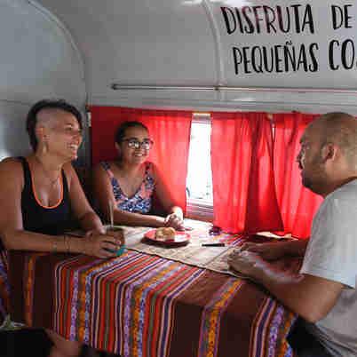 Data: 20/02/2020 - ES - Vitória - Araceli Faienza, Jesica Santillán e Emanuel Carrizo, argentinos que estão viajando pelo Brasil