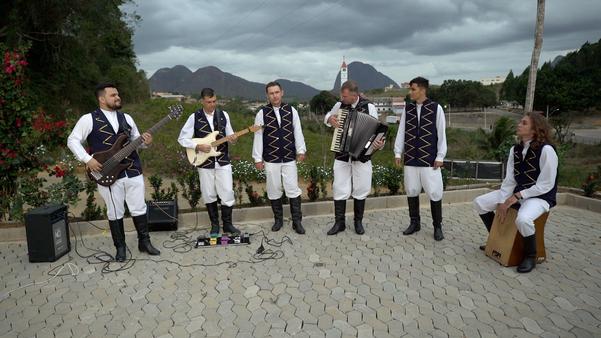 Banda Up Pomerisch canta versões de músicas de sucesso em pomerano