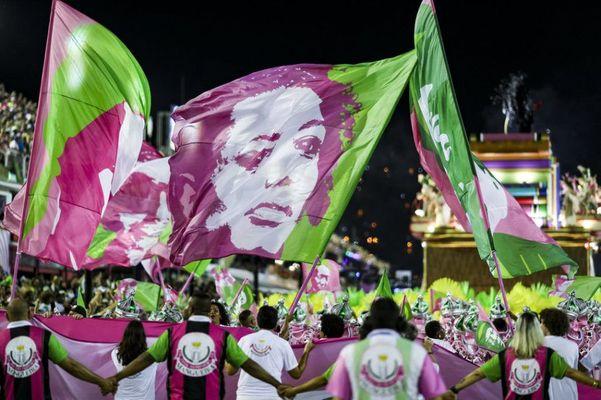 Bandeira com o rosto de Marielle no carnaval da Mangueira de 2019, no Rio . Crédito: Divulgação