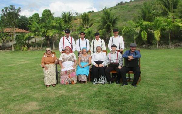 Família de William Bonato caracterizada de roupas da época da imigração. Crédito: Arquivo Pessoal