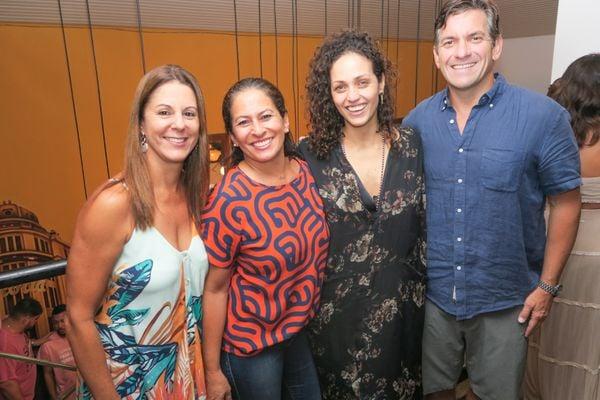 Luciana Coelho, Flavia Carvalhinho, Juliane Rossi e Fabricio Fontana: festa no Centro de Vix. Crédito: Mônica Zorzanelli