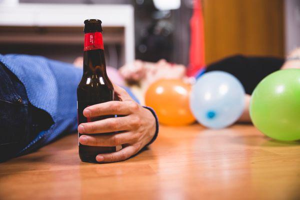 Cerveja é diuréticas e provoca desidratação em quem passa do ponto. Crédito: Get Angel Studios