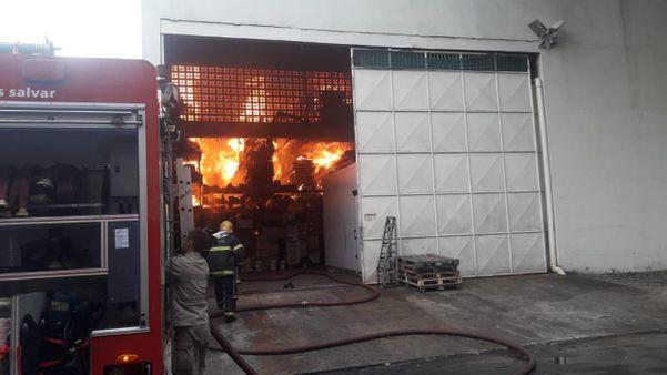 Bombeiros trabalharam para conter incêndio em supermercado, na manhã do último sábado (22). Crédito: Internauta