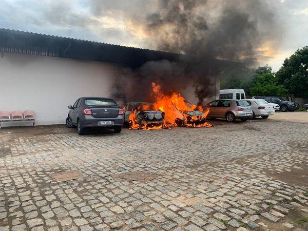 O incêndio destruiu dois veículos e um terceiro carro ficou danificado. Crédito: Folha 1
