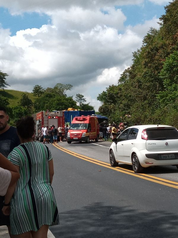 Colisão entre duas carretas e dois veículos de passeio em Itapemirim. Crédito:  Ana Paula Perim Silva