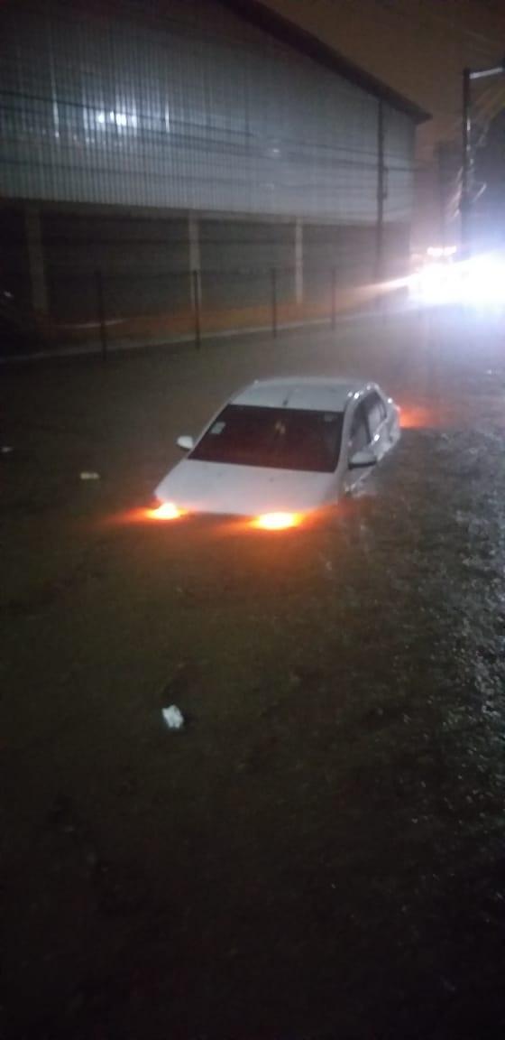 Veículo é arrastado durante enchente em Cariacica. Crédito: José Elias Soares