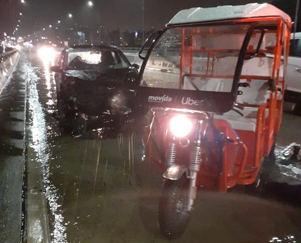 Automóvel que bateu na traseira do tuk-tuk ficou com a parte dianteira destruída. Crédito: Internauta