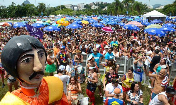 Desde as 8h o público começou a chegar no Aterro para conseguir um lugar próximo ao palco. Crédito: Tânia Rego
