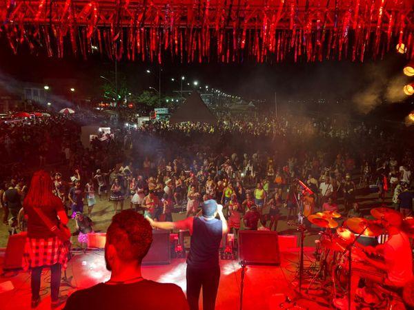Shows reuniram foliões em Anchieta. Crédito: PMA