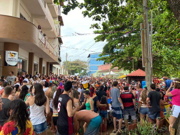 Carnaval com folia e tranquilidade no litoral Sul do ES: os foliões ocuparam as ruas de Anchieta. Crédito: PMA