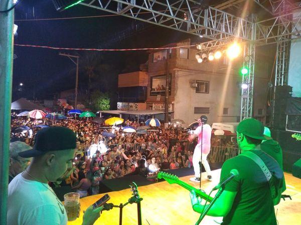 Palco montado com shows para os foliões de Piúma. Crédito: PMP