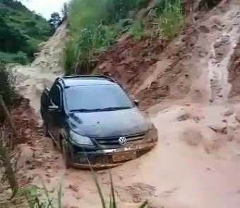 Carro tenta passar por rodovia interditada e quase é soterrado no Sul do ES. Crédito: Internauta A Gazeta