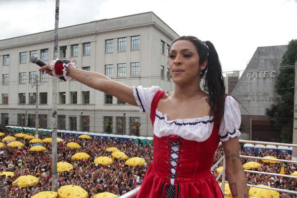 A cantora Pabllo Vittar, durante carnaval de rua na cidade de São Paulo, nesta terça-feira (25). Crédito: Romerito Pontes/Futura Press/Folhapress