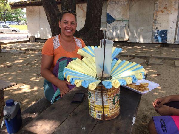 Mônica vendeu toda a mercadoria nos dias de carnaval.. Crédito: Daniel Pasti