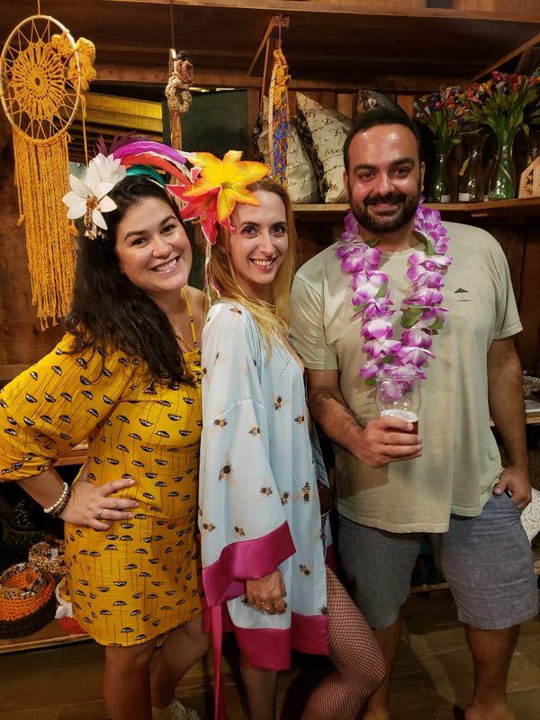 Carnaval no Quadrado de São Paulinho: Laila Castiglioni, Gaby Faiçal e Oracio Barcellos Filho. Crédito: Mônica Zorzanelli