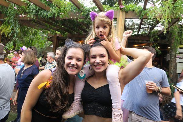 Carnaval no Quadrado de São Paulinho: Mirella, Vini e Lorena Bellon. Crédito: Mônica Zorzanelli