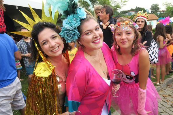 Carnaval no Quadrado de São Paulinho: Priscila Duarte, Larissa Puppim e Luiza Zanon. Crédito: Mônica Zorzanelli