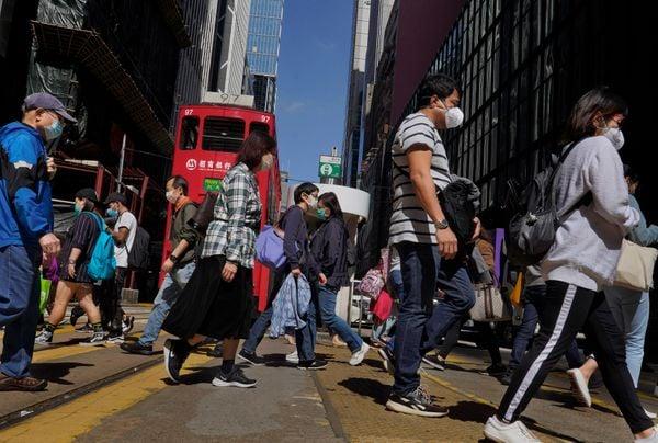 Pedestres usam máscaras de proteção nas ruas da cidade de Hong Kong, território chinês, onde o surto de coronavírus se iniciou. Crédito: VINCENT YU / AP / ESTADÃO CONTEÚDO
