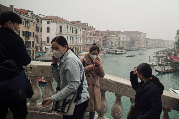 Turistas usam máscaras de proteção na cidade de Veneza, na Itália, onde o tradicional evento de carnaval foi cancelado devido ao surto do novo coronavírus. Crédito: RENATA BRITO / AP / ESTADÃO CONTEÚDO
