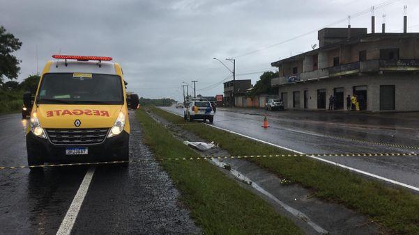 Área onde o corpo foi encontrado precisou ser isolada na altura da região de Recanto da Sereia, em Vila velha. Crédito: André Falcão/TV Gazeta