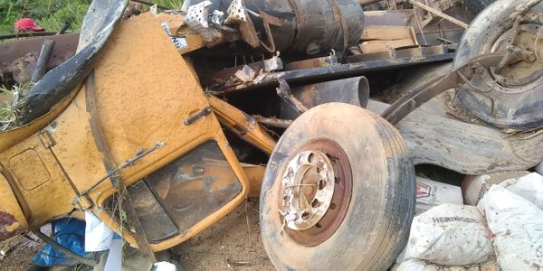 Motorista é arremessado para fora de caminhão e fica ferido em acidente em Boa Esperança. Crédito: Internauta