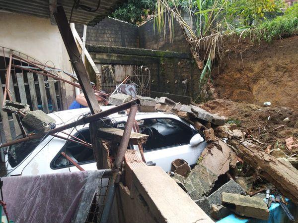 Carro foi completamente soterrado por um muro que desabou em Cariacica. Crédito: Caique Verli