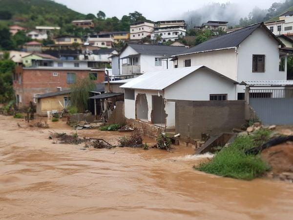Nível do Rio Iconha sobe e invade casas em Iconha. Crédito: Marconio Matos