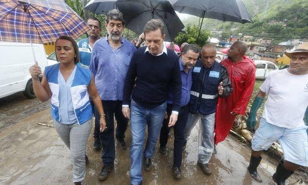 Prefeito Marcello Crivella, percorre às ruas de Realengo, no Rio de Janeiro. Crédito: Fabiano Rocha/ Agência O Globo