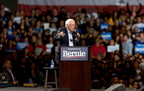 Bernie Sanders durante um comício em Los Angeles. Crédito: Brian Cahn