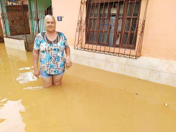 Com água na altura do joelho, a dona de casa Dalva Carneiro não consegue voltar para casa. Crédito: Caique Verli