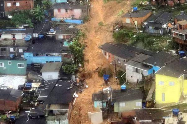 Deslizamentos atingiram omorro do Macaco Molhado, no Guarujá. Crédito: Divulgação/ Prefeitura do Guarujá