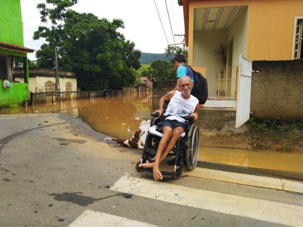 Morador com deficiência física também foi afetado pela chuva em Viana . Crédito: Caique Verli
