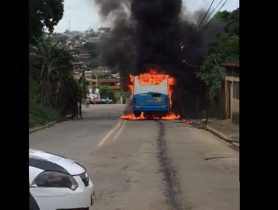 Ônibus é incendiado em Tucum. Crédito: Reprodução