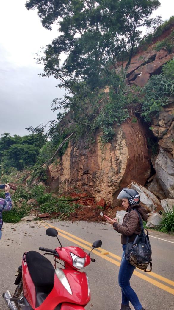 Motoristas foram surpreendidos pela queda das pedras. Crédito: Internauta