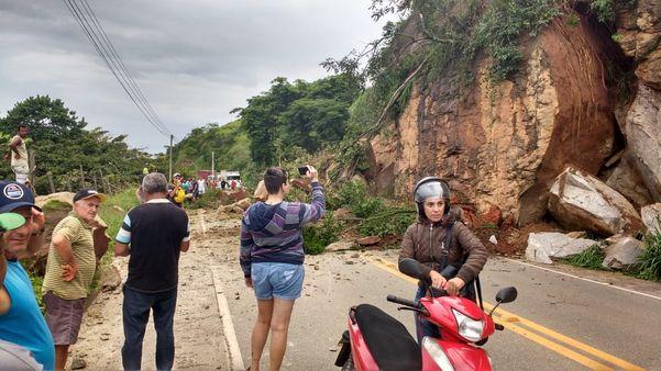 pedras interrompem pista na Pedro Cola. Crédito: Internauta