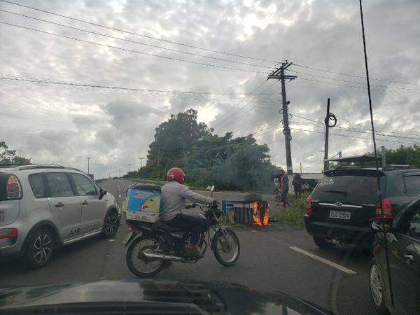 Pista da Rodovia do Sol em direção a Guarapari está bloqueada nesta terça-feira (03). Crédito: Internauta