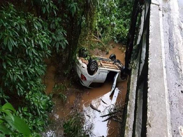 Veículo que levava pacientes de Muniz Freire para Vitória cai de ponte. Crédito: Internauta