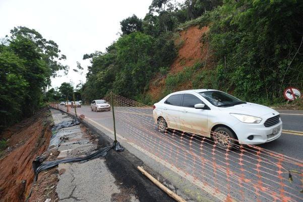 Trecho da BR - 262, km 27, Viana, onde houve deslizamento causado pelas chuvas. Crédito: Ricardo Medeiros