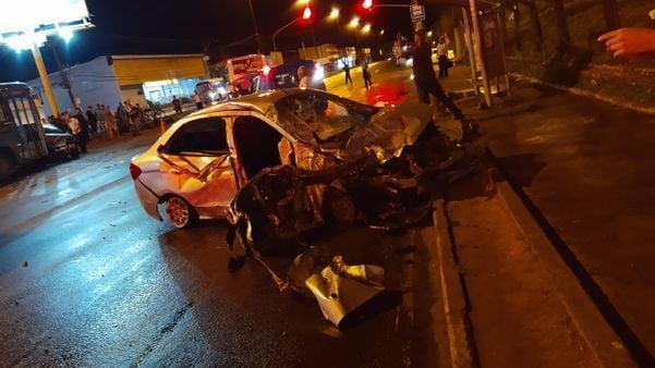 Motorista invadiu a contramão e atropelou jovem que estava parada no semáforo. Crédito: Internauta