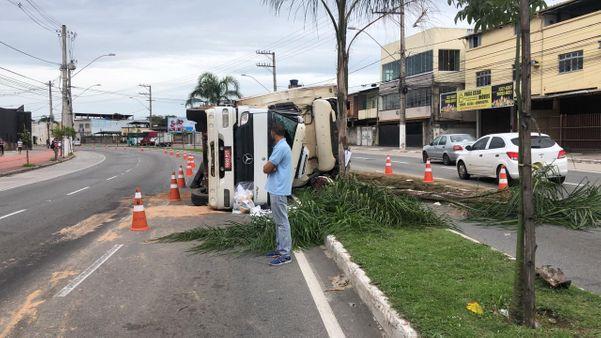 Carreta que transportava carne de porco tombou na Avenida Fernando Ferrari, em Vitória. Crédito: Aurélio de Freitas/TV Gazeta