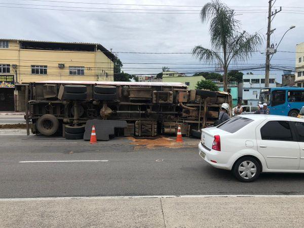 Carreta de carne de porco tombou na Avenida Fernando Ferrari, em Vitória. Crédito: Aurélio de Freitas