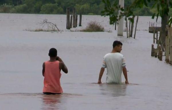 Chuva deixa moradores fora de casa em Guarapari. Crédito: Reprodução/TV Gazeta