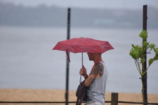 Tempo chuvoso na praia de Camburi, em Vitória. Crédito: Ricardo Medeiros