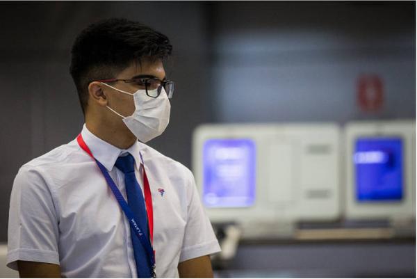 Passageiros e funcionários usam máscaras de proteção no terminal 2 da Latam no Aeroporto de Guarulhos . Crédito: Zanone Fraissat/ Folhapress