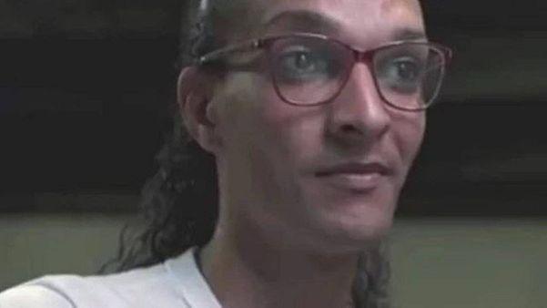 Susy Oliveira, trans abraçada por Dráuzio Varella, recebeu cartas e choclate na prisão. Crédito: TV Globo/Reprodução