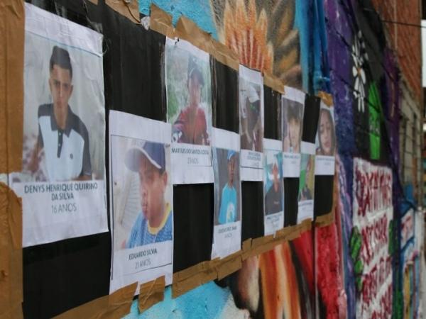 Ato em homenagem aos jovens mortos. Crédito: Rouvena Rosa/Agência Brasil