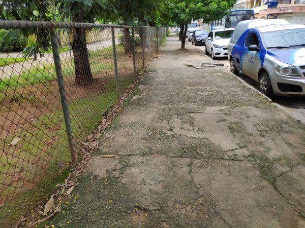 Calçada por onde a criança de 2 anos passou após sair da creche em Cachoeiro. Crédito: Davi Monteiro/TV Gazeta Sul